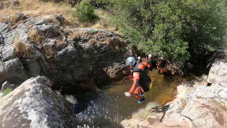salto de barranquismo con niños
